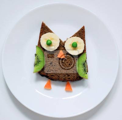 Stock-Foto-gesund-Essen-Kunst-für-Kinder-Frühstück-lustig-Eule-from-Obst-auf-Weiß-Platte-Top-View