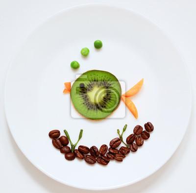 Stock-Foto-Grün-Fisch-von-Raps-Obst-Kiwi-gesund-und-Spaß-Essen-für-Kinder-auf-rund-weiß-Platte-Top-View