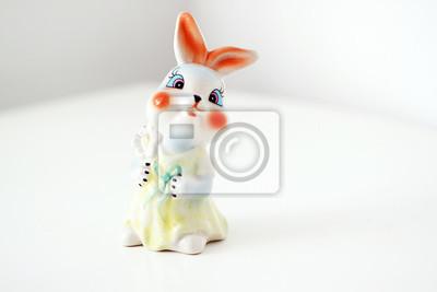 Stock-Foto-Hintergrund-für-Kinder-mit-Keramik-Cartoon-Figur-Hase
