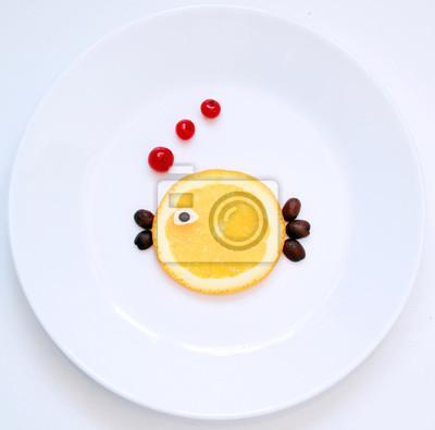 Stock-Foto-kleine-Orange-Fisch-von-Essen-auf-der-weißen-Platte-kreative-Idee-Essen-Kunst-lustig-Fisch