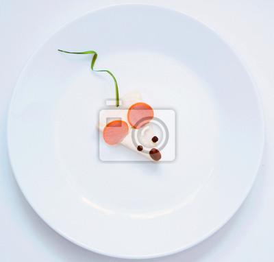 Stock-Foto-kreative-Idee-für-Frühstück-oder-Mittagessen-Maus-aus-Wurst-Käse-Grüns-auf-dem-weißen-Teller-Spaß-und-gesund-Essen