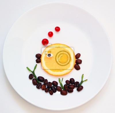 stock-foto-kreative-idee-für-gesund-essen-kunst-wenig-orange-fisch-und-seetang-auf-dem-weißen-hintergrund