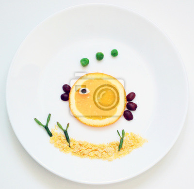 stock-Foto-Little-Orange-Fisch-und-Seetang-von-Flocken-und-Früchte-Funny-Frühstück-für-Kinder-Essen-Kunst-auf-der-weißen-Platte