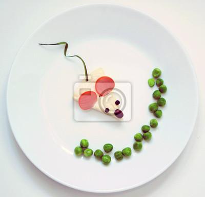 Stock-Foto-lustig-Essen-kreative-Idee-für-Frühstück-kleine Maus-aus-Wurst-Käse-Grüns-Erbsen-auf-dem-weißen-Teller