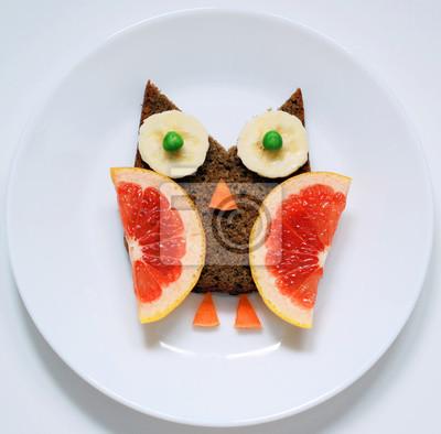 stock-Foto-lustige-Vogel-Eule-von-gesund-Essen-Kunst-kreative-Idee-für-Frühstück-oder-Mittagessen-für-Kinder-auf-Weiß-Platte-Top-View
