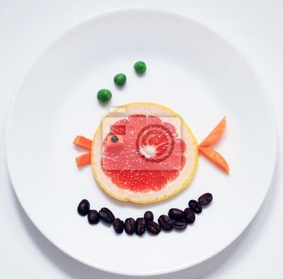 Stock-Foto-Orange-Fisch-von-Grapefruit-Spaß-und-gesund-Essen-für-Kinder-auf-Weiß-Platte-Top-View