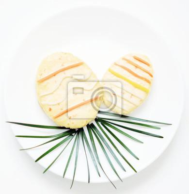 stock-Foto-Ostereier-auf-Gras-Toast-für-Ostern-auf-dem-weißen-Teller-Essen-Kunst