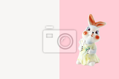 stock-foto-porzellan-bunny-figur-keramik-souvenir-rosa-hintergrund