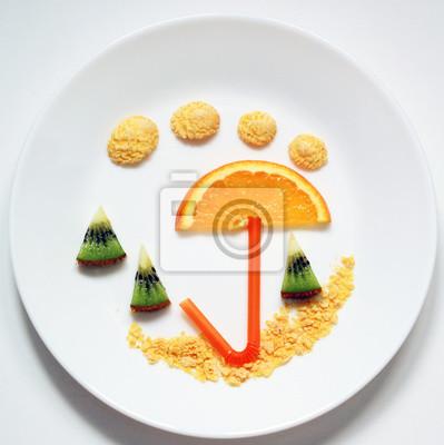 Stock-Foto-Sommer-Strand-Regenschirm-Cocktails-von-Obst-lustig-und-gesund-Essen-für-Kinder-auf-Platte