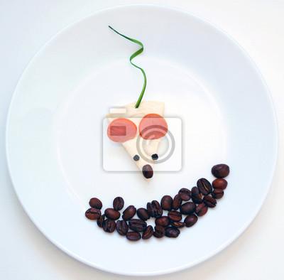Stock-Foto-Spaß-Frühstück-oder-Mittagessen-Idee-Maus-aus-Wurst-Käse-Greens-auf-dem-weißen-Hintergrund-Funny-Essen