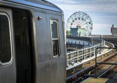 Sticker Stopped Zug in einer erhöhten U-Bahnstation mit Blick auf Coney Island in Brooklyn, New York