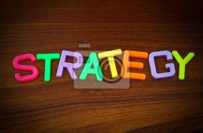 Strategie in bunten Spielzeug Buchstaben auf Holz Hintergrund