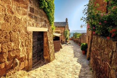 Sticker Sunny verengt sich an einem Sommertag in einer alten italienischen Stadt