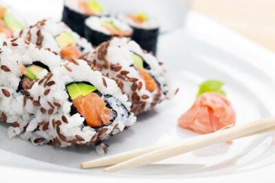Sticker Sushi mit Lachs, Avocado, Reis in Seetang mit Wasabi und Ingwer serviert.