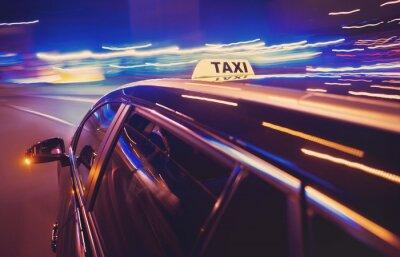 Sticker Taxi nehmen eine Linkskurve in der Nacht