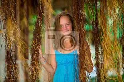 Sticker Teengirl in einem blauen Kleid in Mangrovenwald.