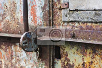 Teil einer rostigen Metalltür verschlossen alten Schleuse