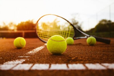 Sticker Tennisbälle mit Schläger auf Sandplatz