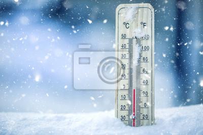Sticker Thermometer auf Schnee zeigt niedrige Temperaturen - null. Niedrige Temperaturen in Grad Celsius und Fahrenheit. Kaltes Winterwetter - null Celsius zweiunddreißig Farenheit.