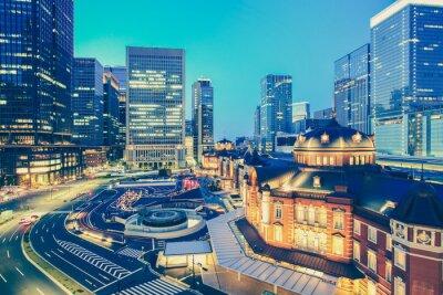 Sticker Tokyo Bahnhof und Tokio Hochhaus Gebäude in der Dämmerung der Zeit