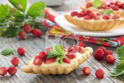 Törtchen mit Vanillepudding und Erdbeeren.