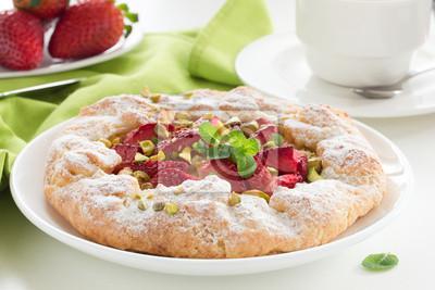Torte mit Erdbeeren und Rhabarber.