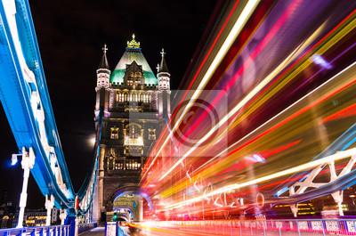 Tower Bridge in London, UK mit beweglichen roten Doppeldecker-Bus