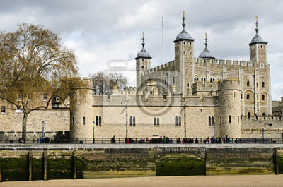 Tower of London mit bewölktem Himmel im April 2012