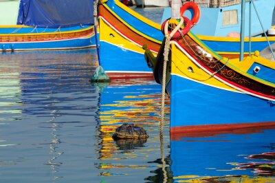 Traditionelle maltesischen Fischerboot mit Reflexion