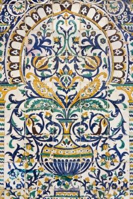 Sticker Tunesien. Kairouan - die Zaouia von Sidi Saheb. Fragment aus keramischen Fliesenplatte mit floralen und architektonischen Motiven