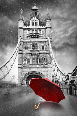 Turm-Brücke auf der Themse mit Regenschirm an einem regnenden Tag. London, England. Schwarzweiss-Konzeptgraphik mit rotem Element.