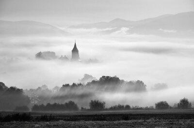 Turm der ländlichen Kirche in nebligen Herbstmorgen.