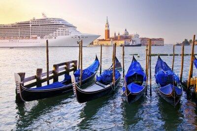 Venedig mit Gondeln auf dem Canal Grande gegen Kirche San Giorgio Maggiore in Italien mit großen Kreuzfahrtschiff in der schönen Sommermorgen Sonnenaufgang Licht