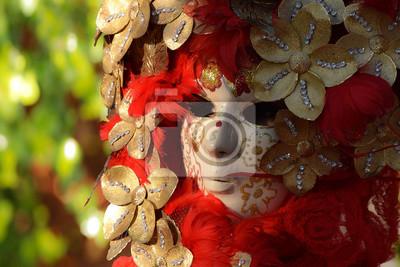 Venezianische Maske verziert mit Blattgold und rotem Gefieder