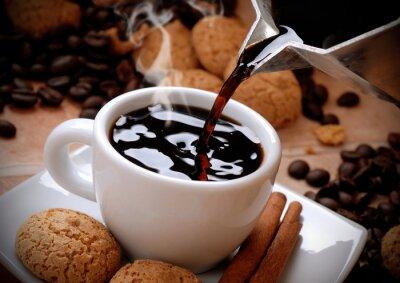 Sticker versare il caffè caldo nella tazzina bianca