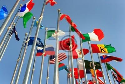 Sticker Verschiedene Länder Fahnen zusammen gegen blauen Himmel vereint