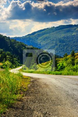 vertikale kurvenreiche Straße geht in die Berge unter einem bewölkten Himmel