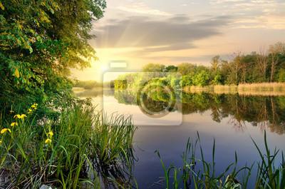 Vibrant Sonnenuntergang auf dem Fluss