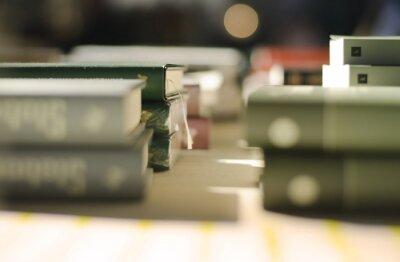 Viele alte Bücher in einem Buchladen oder Bibliothek. Flache FG