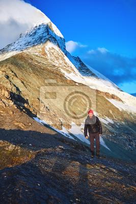 Wanderer an der Spitze eines Passes mit Matterhorn Mount auf Hintergrund genießen sonnigen Morgen in den Alpen. Schweiz, Trek bei Matterhorn.