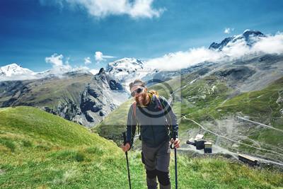 Wanderer auf dem Weg in den Apls Bergen. Trek in der Nähe von Matterhorn Mount.