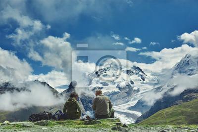 Wanderer auf dem Weg in den Apls Bergen. Trek in der Nähe von Matterhorn Mount. Bergkamm auf dem Hintergrund