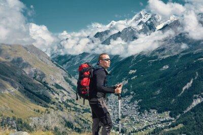 Wanderer auf dem Weg in den Apls Bergen. Trek in der Nähe von Matterhorn Mount. Bergkamm und Zermatt Stadt auf dem Hintergrund