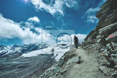 Wanderer auf der Spur in den Alpen Bergen mit Rucksack genießen sonnigen Tag in den Alpen. Schweiz, Trek bei Matterhorn.