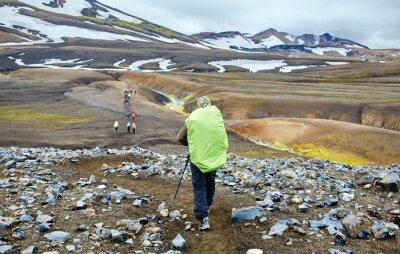 Wanderer auf der Spur in den Islandischen Bergen. Wanderung im Nationalpark Landmannalaugar, Island