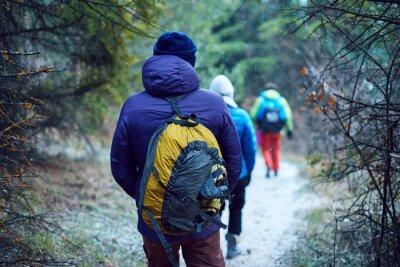 Wanderer auf der Spur in den Krim Bergen im Winter
