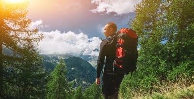 Wanderer Ion der Weg in den Apls Bergen. Trek in der Nähe von Matterhorn Mount
