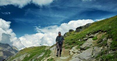 Wanderer mit Rucksack auf dem Weg in den Apls Bergen. Trek in der Nähe von Matterhorn Mount
