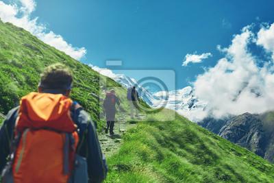 Wanderer mit Rucksäcken auf dem Weg in den Apls, Schweizer Berge. Trek in der Nähe von Matterhorn Mount, Bergkamm auf Hintergrund