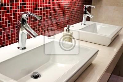 Waschbecken und Wasserhähne in einer öffentlichen Toilette